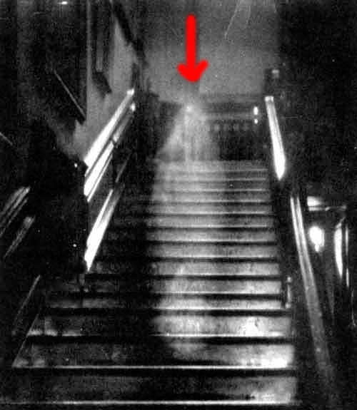 10 Most Famous Ghost Pictures and Their Story - Raynham Hall Lady Ghost