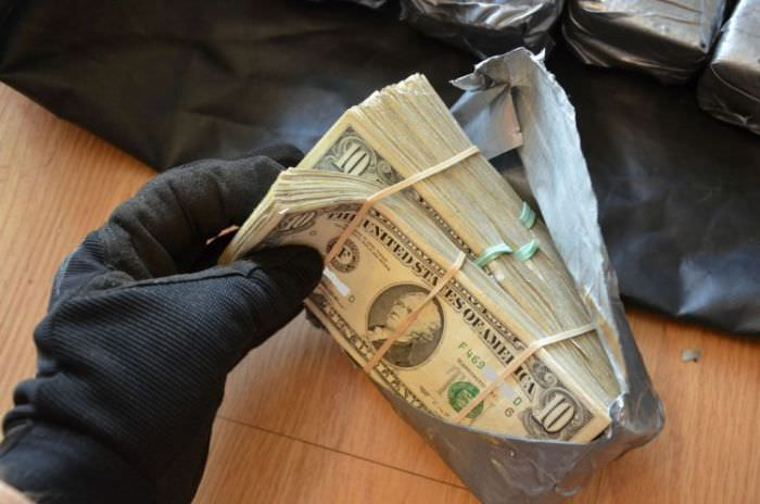 man found cash in car door