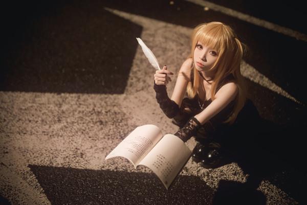 misa-amane-death-note-cosplay-012316-3