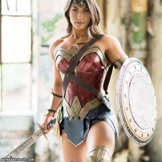6 amazing cosplay photos of Wonder Woman by Brigitte Goudz