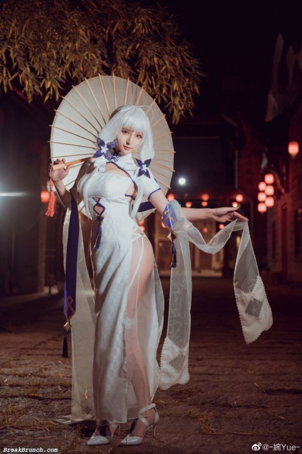 Azur Lane Illustrious cosplay by WanYue (13 photos)