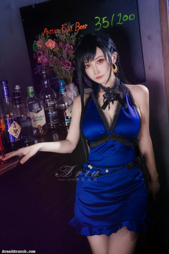 Final Fantasy VII cosplayer give Tifa Lockhart a different spin with this blue dress (12 pics)